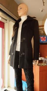 Montgomery con capucha sobre pantalón de brocato con spandex.