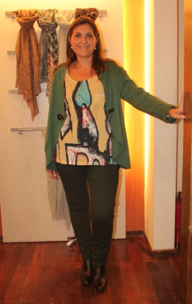 Remera estampada en colores vibrantes y campera verde lisa. Ideal para diías otoñales!