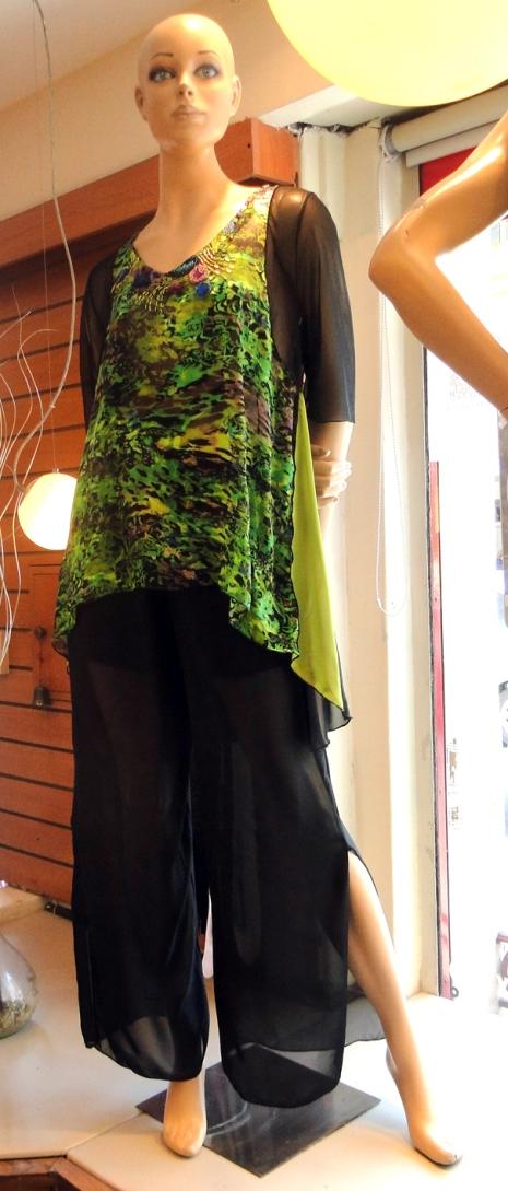 Camisola de gasa con pantalón negro también de gasa, con tajos al costado. Fresco, cómodo y sexy!