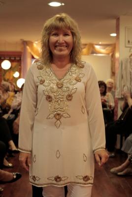 Anita, con una camisola bordada con flores. El look hippie es infaltable para el verano 2015/16!