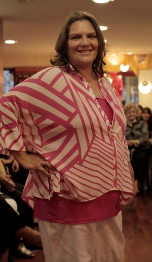Otro conjunto muy práctico: camisola con rayas irregulares sobre remera básica al tono y pantalón muy suelto. Fresquísimo!