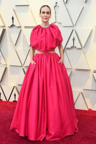 Original: Sarah Paulson con un rojo virado hacia el fusia.